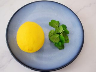 柠檬薄荷饮,将柠檬先用盐搓洗外表,再冲洗干净。再将薄荷叶洗净备用