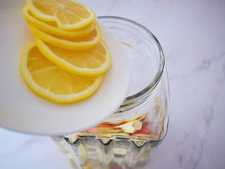 水果冷泡茶,加入柠檬片