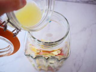 水果冷泡茶,加入柠檬汁