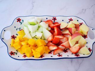 水果冷泡茶,再将苹果、青枣洗净去核切成小块,草莓洗净切小块备用
