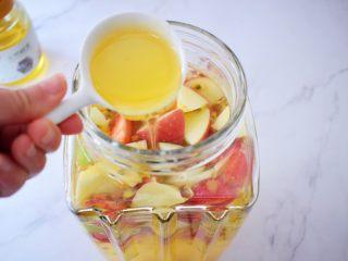 水果冷泡茶,加入蜂蜜搅拌均匀即可