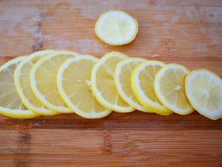 水果冷泡茶,一个切薄片去籽备用