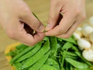 鲜脆爽口,营养丰富的快手菜,荷兰豆洗净,掐头去筋。