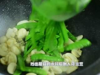 鲜脆爽口,营养丰富的快手菜,炒出蘑菇的水分后,倒入荷兰豆。