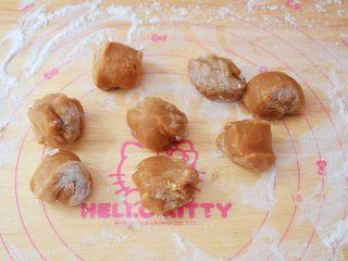 红糖奥利奥雪媚娘,再从冰箱取出冷藏好的面团,分成20克为一份,揉圆,加入少许熟糯米粉防粘