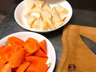 马铃薯炖肉,马铃薯、红萝卜洗净后削皮,削皮后直接切块! 不管是要滚刀法还是什麼法都可以 不过别切太小块(马铃薯容易散掉