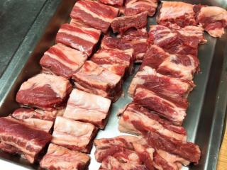 马铃薯炖肉,擦乾后,牛腩也放松许多 牛腩放鬆后,你也会跟著放鬆然后拿出刀子,把牛腩切块吧要切大块的喔1.因為煮过的牛肉会缩小 2.吃起来才爽 切完后就先整齐放在盘子中,备用
