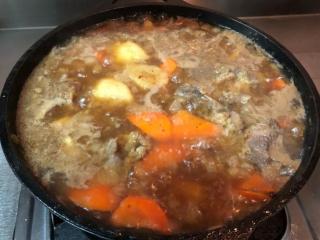 马铃薯炖肉,倒入酱汁后把食材搅拌搅拌。待煮滚后调小火! 同时也把一些杂质给捞起来!