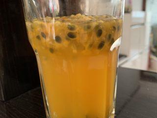 百香果特饮,加入温水,一杯酸甜可口特饮就完成了。