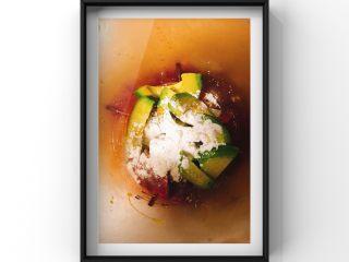 牛油果蒸牛肉红薯糕,蛋黄,牛肉,牛油果,淀粉一起放入辅食机搅拌均匀!