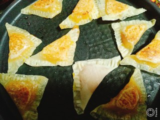 菠萝酱三角包,煎至两面金黄即可。