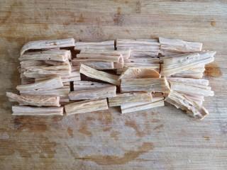 香菇烧腐竹——下饭菜带来的幸福感!,将泡发洗净的腐竹攥干水份,切成寸段。