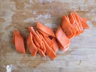 香菇烧腐竹——下饭菜带来的幸福感!,胡萝卜切片。