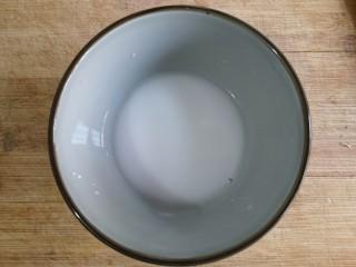 香菇烧腐竹——下饭菜带来的幸福感!,用淀粉调个碗芡。(碗芡宁薄勿厚,太厚了炒出的菜会成团,影响口感和颜值)