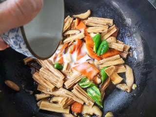 香菇烧腐竹——下饭菜带来的幸福感!,起锅前淋入碗芡。