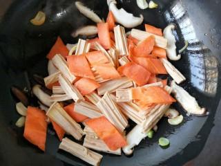 香菇烧腐竹——下饭菜带来的幸福感!,再加入胡萝卜和腐竹。