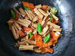 香菇烧腐竹——下饭菜带来的幸福感!,翻炒均匀即可。