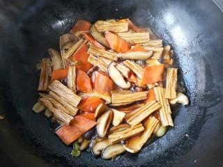 香菇烧腐竹——下饭菜带来的幸福感!,大火煮开后转中火焖7-8分钟。