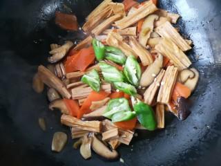 香菇烧腐竹——下饭菜带来的幸福感!,最后加入青椒翻炒断生。