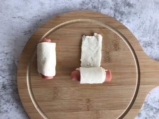 手抓饼版香肠可颂,一条手抓饼卷起半根香肠