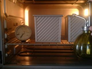 超软拉丝北海道土司(2个),发酵的时候时不时的往烤箱喷上水帮助发酵