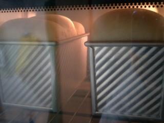 超软拉丝北海道土司(2个),烤箱上火140°,下火220°,烤半个小时。