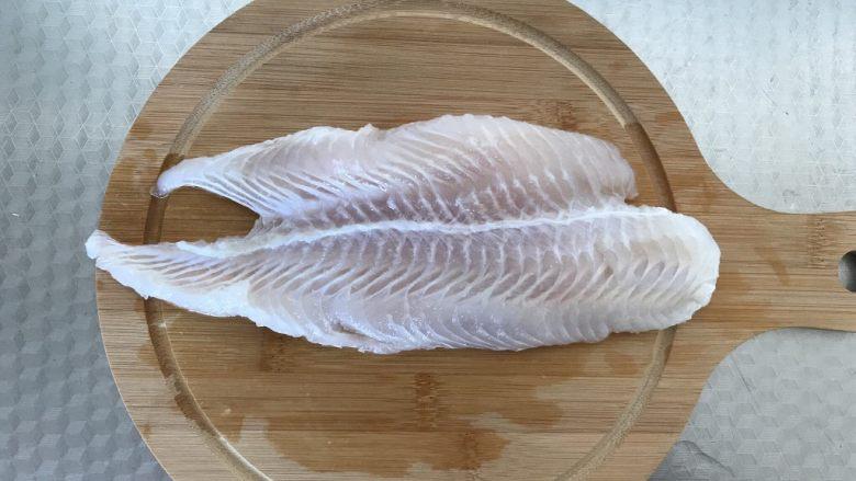 茄汁鱼丸,将鱼清洗干净,切成小块儿,放进料理机里打成泥