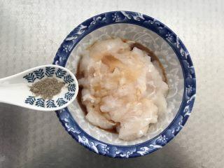 茄汁鱼丸,少许的黑胡椒粉