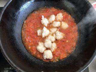 茄汁鱼丸,煮至沸腾后放入鱼丸
