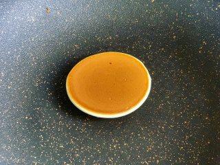 豆沙馅铜锣烧,煎至两面金黄即可出锅。