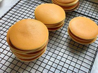 豆沙馅铜锣烧,接着开始烙第2锅,这里需要注意的是,每烙一个饼,都要给锅降温,否则面糊受热太快会造成饼皮表面受热不均,从而导致上色不均,这也是刚才提到的很多人做错的1步,锅子没有降温就接着烙饼,所以会做失败。这是我刚烙好的饼,表面细腻光滑,受热均匀,非常完美。