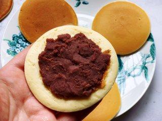 豆沙馅铜锣烧,取两片煎好的饼皮,中间夹上红豆沙馅,用手压紧一点,铜锣烧就做好了。