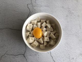黄金馒头粒,蛋黄打入馒头丁中,蛋清不要