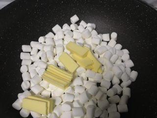 超好吃零食雪花酥,黄油和棉花糖一起放入不粘锅内