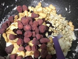 超好吃零食雪花酥,再继续加入熟花生粒,草莓干,蔓越莓,饼干混合物。