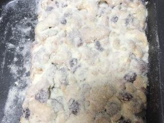 超好吃零食雪花酥,趁热筛一层奶粉,翻面再筛一层,拿起来把四周也粘上奶粉