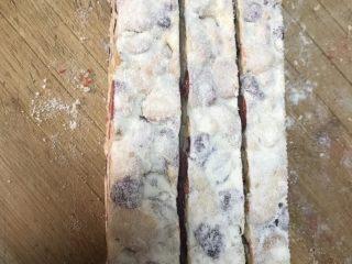 超好吃零食雪花酥,放凉后用锯齿刀切,来回锯,就容易切开了,最后可以切成正方形的小块