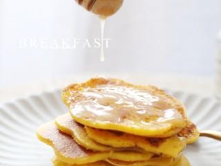 黄灿灿的奶香南瓜饼,你感受到春的气息了吗?,淋上蜂蜜即可