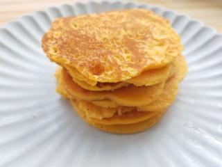 黄灿灿的奶香南瓜饼,你感受到春的气息了吗?,出锅的南瓜饼摞起来