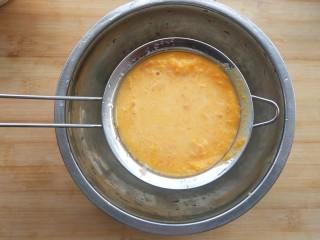 黄灿灿的奶香南瓜饼,你感受到春的气息了吗?,用筛网过滤一遍。