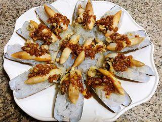 蒜蓉粉丝蒸竹蛏,将蚝油蒜蓉均匀的淋在粉丝竹蛏子上