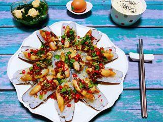 蒜蓉粉丝蒸竹蛏,蒜蓉粉丝蒸竹蛏子就大功告成啦搭配菠菜虾滑甜、鸡蛋、米饭就是完美的搭配