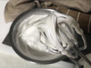 蛋白杏仁饼干,蛋白滴入柠檬汁或白醋,分三次加糖打至硬性发泡,即提起打蛋器有硬挺的小尖角。