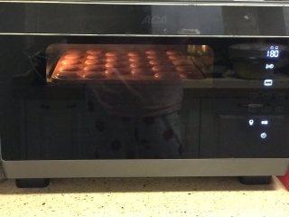 蛋白杏仁饼干,烤箱预热10分钟,中层180度烘烤3分钟定型后转150度烘烤10分钟左右。