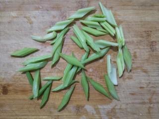 腐竹拌嫩芹,芹菜取其中间菜心部分,洗净也斜刀切成寸段。