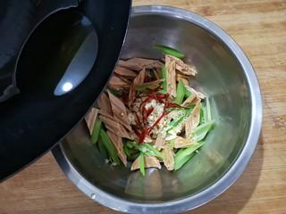 腐竹拌嫩芹,将热油浇在各种食材上,滋啦一声后,香味全都激发出来了,拌匀即可。
