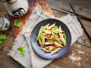 腐竹拌嫩芹,装盘。