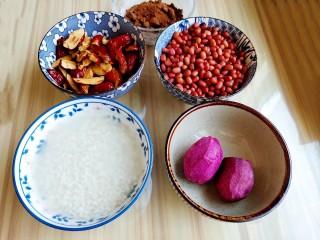 超黏糯甄糕,红枣去核剪成片,红豆提前一夜泡发,糯米提前两天泡发,紫薯可选,准备好红糖。