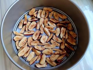 超黏糯甄糕,先把红枣正面朝下铺满,如图。