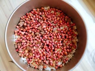超黏糯甄糕,接着再铺红糖和红豆。